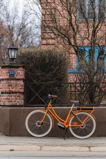 Achielle Anette i vintage rose farge. Parkert utenfor et hus i Oslo.